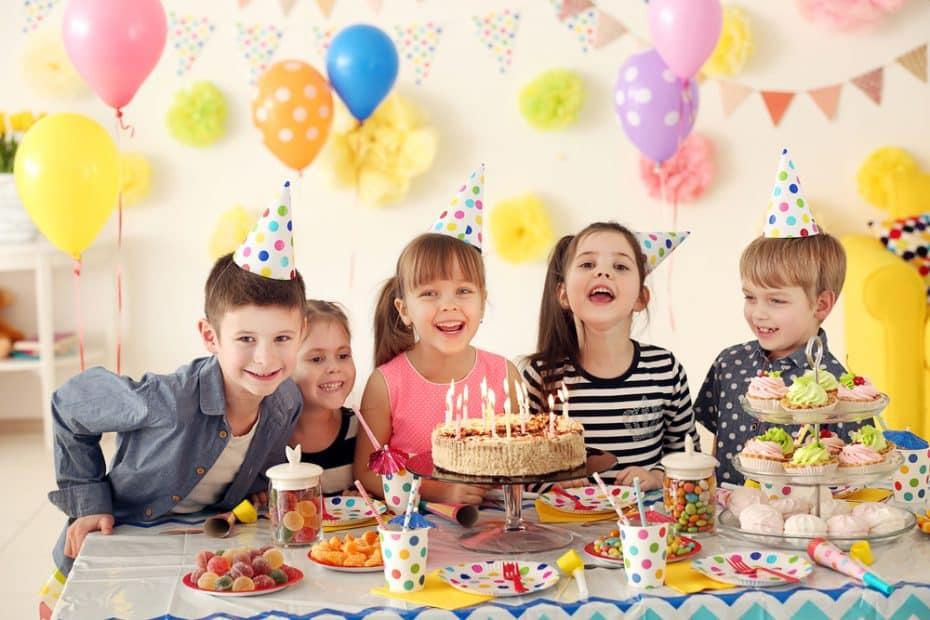 Alternatieven voor kinderverjaardag kinderen vieren feest blije kinderen