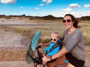 Stella op fiets. Blije Stella.