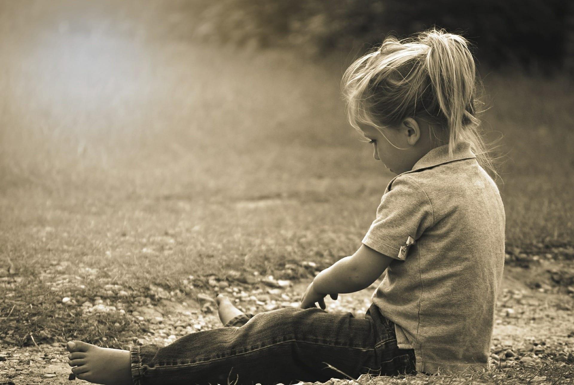 kind afwijzing alleen zitten in weiland eenzaam kind