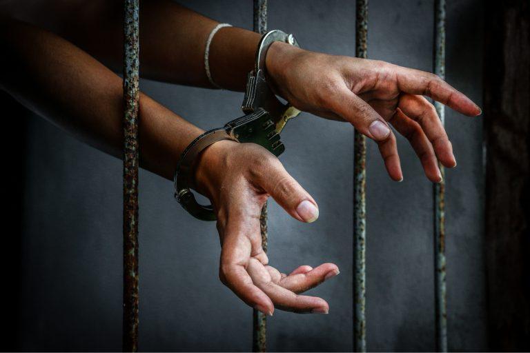 Jouw denken is jouw gevangenis tralies angst handen geboeid mentale gevangenis