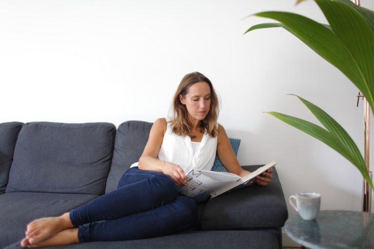 ontspannen. genieten. relaxen. vrouw met boek.